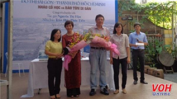 Tác giả Nguyễn Thị Hậu (thứ hai từ trái qua) tại buổi ra mắt sách