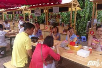 Lượng khách đến ăn tại các quán hàng rong ngày càng đông.