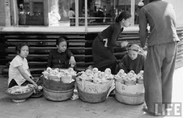 Những người bán hoa quả trên vỉa hè Sài Gòn năm 1950. Ảnh: Life.