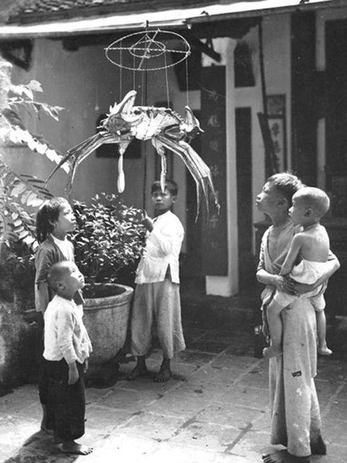 Đèn hình con cua là ước ao của bọn trẻ cả tháng trời trước Tết Trung Thu.