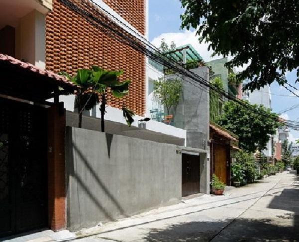 Tọa lạc tại số 19/24, Đoàn Thị Điểm, phường 1, quận Phú Nhuận (TP HCM), nhược điểm lớn nhất của ngôi nhà ống là mặt chính hướng Tây nắng nóng gay gắt.