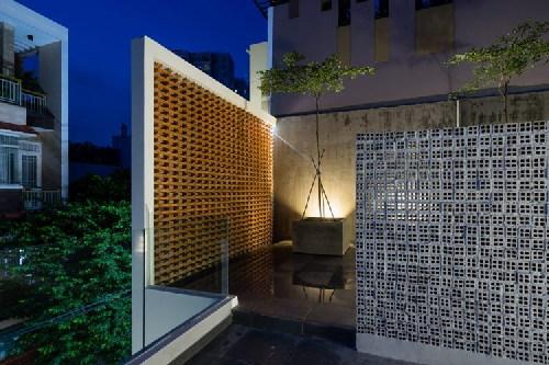 Tường gạch xếp là kiến trúc ấn tượng nhất của ngôi nhà. Nguồn ảnh: Quang Trần/Handhome.