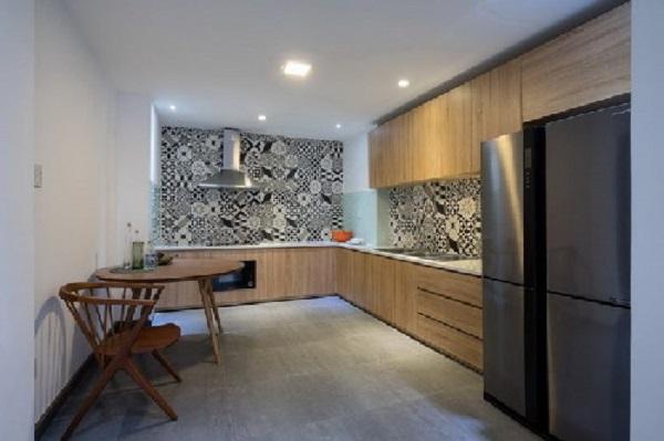 Phòng bếp ốp gạch trắng đen sang trọng.