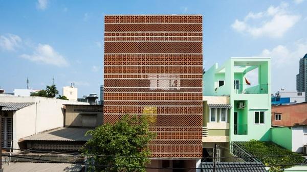 Ngôi nhà mặt tiền bằng đất nung – điểm nhấn khác biệt giữa lòng thành phố