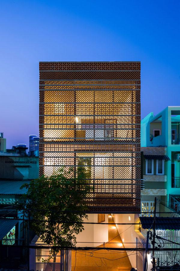 Các họa tiết kim cương và hình hoa văn được thiết kế trên đất nung làm mặt tiền cho tòa nhà Bình Thạnh – tên ngôi nhà được đặt theo một quận của Thành phố Hồ Chí Minh.