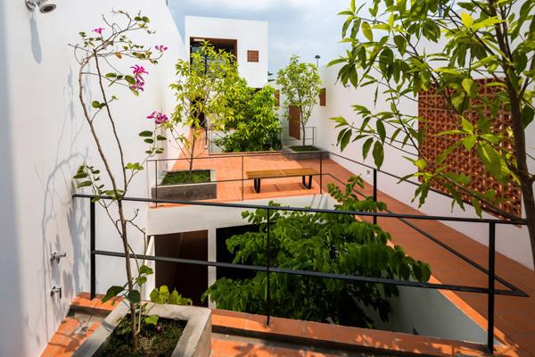 Kiến trúc sư Sanuki Daisuke đã lựa chọn đất nung – một loại vật liệu có chi phí tương đối thấp. Các lỗ thoáng trên tấm đất nung tạo thành hệ thống thông gió và làm mát tự nhiên nhưng vẫn duy trì được sự riêng tư cho cho ngôi nhà.