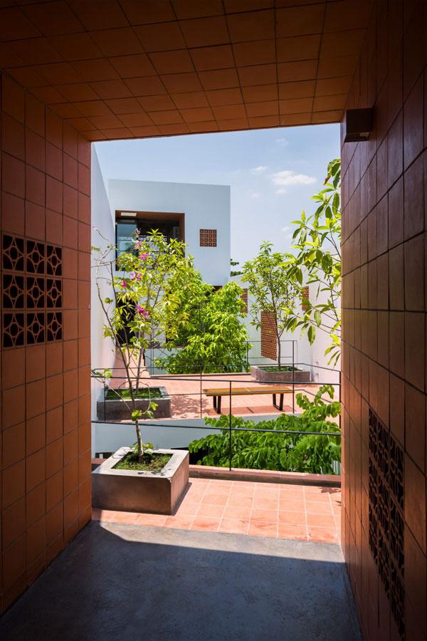 Tòa nhà chung cư này gồm 6 căn hộ với diện tích một sàn khoảng 40m2, được sáp nhập từ một số thửa đất có kích thước khác nhau.