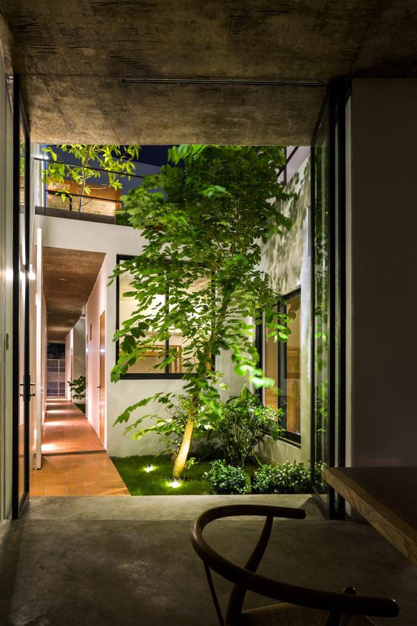 Đội ngũ kiến trúc sư đã cố gắng khai thác ánh sáng tự nhiên ban ngày và gió trời để mang lại bầu không khí trong lành và thư thái cho người sử dụng giữa thành phố ồn ào và chật chội này.