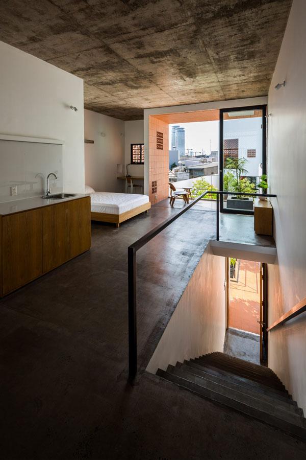 Rất nhiều không gian bên ngoài được tạo ra để tăng cường sự kết nối tự nhiên cho cư dân sống trong tòa nhà. Khoảng không bên ngoài được trồng rất nhiều cây xanh.