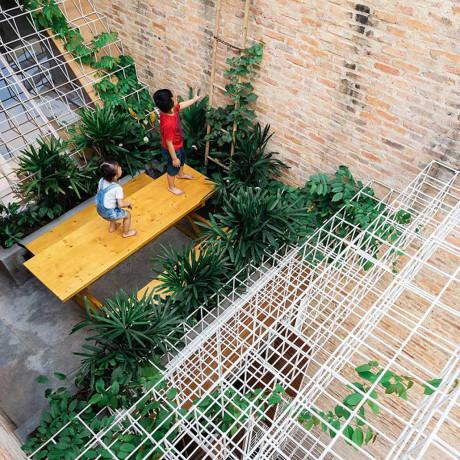 """Tầng thượng cũng được """"đan"""" khung thép trắng, đảm bảo an toàn cho các bé khi chơi đùa."""