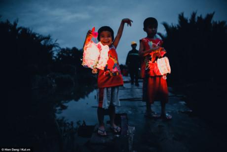 Trong mắt các em, được đón Trung thu, được cầm đèn đi khắp xóm đã là một hạnh phúc, các em không màng thế giới bên ngoài đủ ánh đèn kia có vui bằng lúc này không.