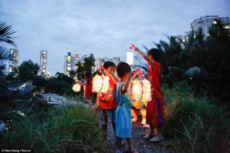 Một lúc sau lại có các bé khác nhập băng rước đèn, kì này được mẹ dẫn ra tận nơi.