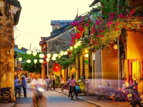 Xe ôm là một trong những phương tiện đi lại phổ biến của người dân và du khách khi đến Việt Nam. Ảnh: Istock.