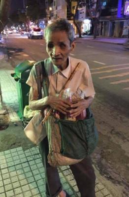 Hơn 20 năm, ông Châu đã rong ruổi khắp các con đường ở Sài Gòn, vừa bán nhang, vừa thổi sáo – Ảnh: Internet