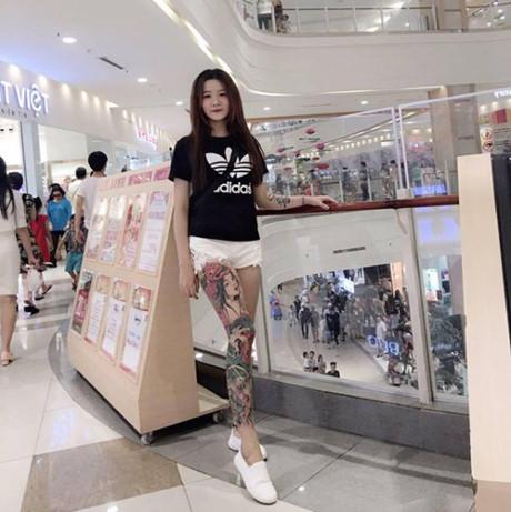 Cô bạn 9X Sài thành được nhắc tới với hình xăm kín chân và niềm đam mê xe độ đó là Đặng Trương Thùy Trang (sinh năm 1996) hiện đang làm thợ xăm tại một studio có tiếng.