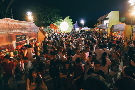 """Ngay từ đầu giờ tối, rất nhiều người đã tìm đến và tận hưởng """"phố cổ Hội An"""" ngắm nghía từng bức tường, từng góc nhỏ của phố cổ"""