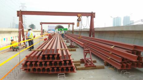 Các thanh đường ray được vận chuyển, tập kết tại khu vực cầu cạn