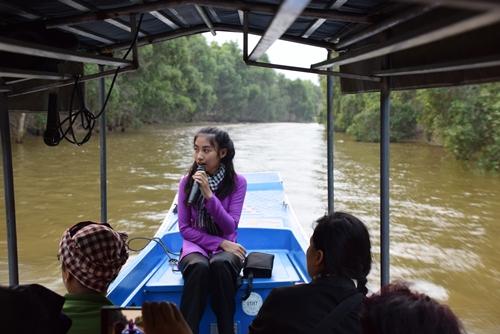 Xuồng đưa du khách đến đâu, hướng dẫn viên giới thiệu về sinh thái đến đó. Ảnh: Thanh Tuyết.