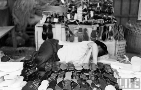 Quầy hàng giày dép. Ảnh: Life.