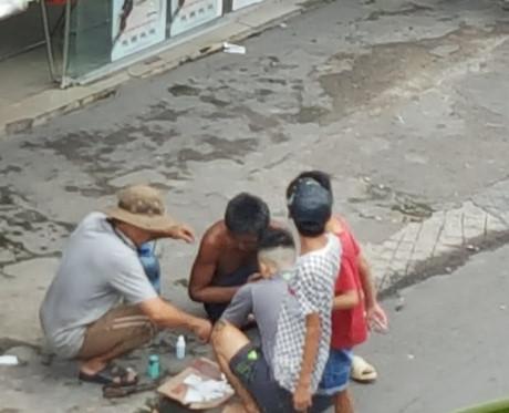 Mọi người xúm lại sơ cứu cho người đàn ông tội nghiệp.