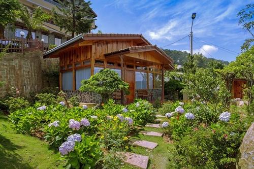 Bungalow giữa vườn hoa Nhà gỗ giữa khuôn viên đầy cây xanh và vườn hoa mang lại cảm giác gần gũi, không gian mở cũng là xu hướng của nhóm khách nghỉ dưỡng. Nhà thường chứa được 2-5 người, không có bếp mà khách phải ăn bên ngoài.