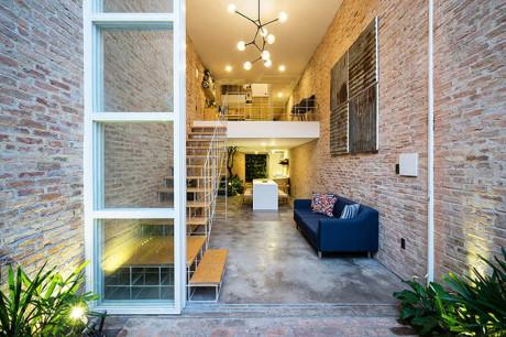 Công việc của các kiến trúc sư là thiết kế một ngôi nhà hiện đại và phù hợp với việc sinh hoạt và kinh doanh của cặp vợ chồng trẻ.