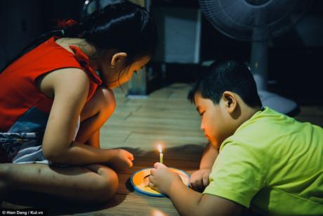 Cô em gái Lê Nguyễn Quỳnh Như - 5 tuổi cũng tham gia chuẩn bị lồng đèn cùng anh trai.