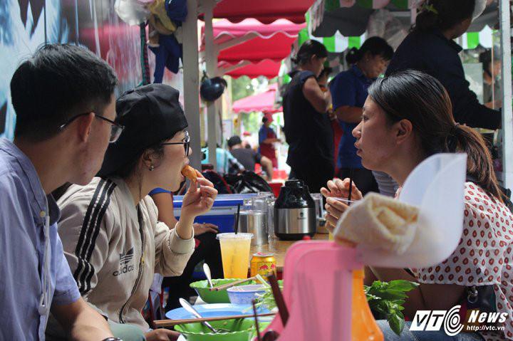 Các tiểu thương bận rộn bán hàng vì khách ngày một đông.