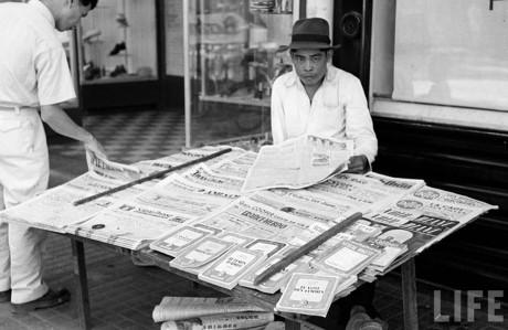 Sách báo nước ngoài được bày bán tại một sạp vỉa hè. Ảnh: Life.