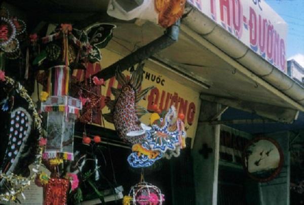Đèn lồng Trung thu được bày bán bên ngoài một hiệu thuốc Đông Y ở đường Lương Nhữ Học, khu Chợ Lớn. Ảnh: Douglas Ross.