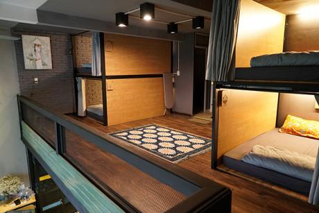 Mỗi giường đều được thiết kế khá tiện lợi với khóa an toàn, móc treo đồ, đèn đọc sách và chăn ga sạch sẽ gọn gàng.