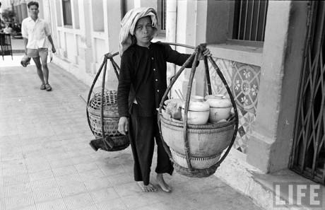 Gánh hàng ăn của một người phụ nữ Nam Bộ. Ảnh: Life.