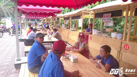 Không hề kém cạnh, phố hàng rong thứ 2 của Sài Gòn tại công viên Bách Tùng Diệp cũng đông đúc khách ra vào.