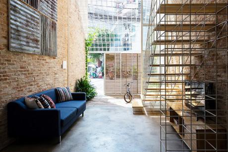 Ngôi nhà ống 4 tầng ở mặt phố với phòng khách thiết kế đơn giản nhưng vô cùng tinh tế.