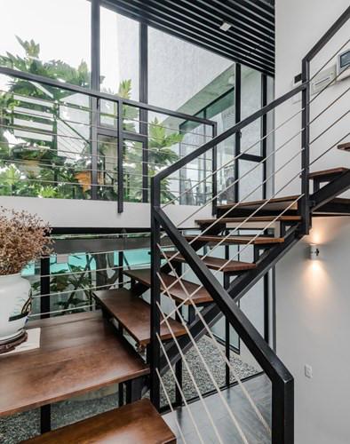 Cầu thang hở mang đến cảm giác mở rộng không gian.