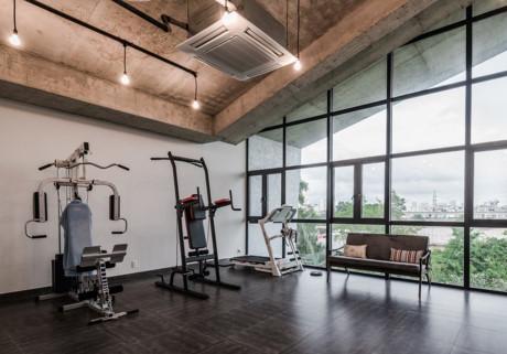 Trong nhà còn có cả phòng tập gym hiện đại.
