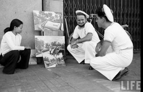 Các thủy thủ nước ngoài bên một hàng tranh lưu niệm vỉa hè. Ảnh: Life.
