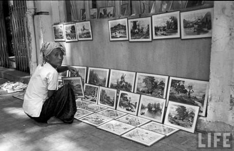 Các bức tranh được xếp ngay ngắn trên mặt đường và treo trên tường. Ảnh: Life.