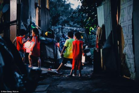 Có những bé còn nhỏ và nhút nhát nên phải nhờ đến sự giúp đỡ của mẹ để tham gia đoàn rước đèn của xóm.