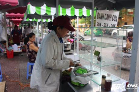 Cô Loan (60 tuổi, chủ hàng bánh canh) cho biết, cô rất yên tâm khi được buôn bán trong môi trường kinh doanh lành mạnh, ổn định.