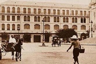"""Khách sạn Continental được Pierre Cazeau, một nhà sản xuất vật liệu xây dựng người Pháp, xây dựng vào năm 1878, hoàn thành vào năm 1880. Trước năm 1970, khách sạn trải qua hai đời chủ là Công tước De Montpensier (năm 1911) và """"tay anh chị"""" đảo Corse - Mathieu Francini (năm 1930). Thập niên 1960 - 1970, khách sạn còn có tên là Đại Lục Lữ Quán. Khách sạn từng tiếp đón nhiều người nổi tiếng như đại văn hào Pháp André Malraux, nhà văn Anh Graham Greene - tác giả của Người Mỹ trầm lặng, nhà thơ Ấn Độ Rabindranath Tagore, người đạt Giải Nobel văn chương 1913. Bên cạnh đó, khách sạn cũng là nơi lui tới thường xuyên của nhiều ký giả, nhà báo, chính khách và thương gia nước ngoài hoạt động ở Sài Gòn trong thời chiến. Ảnh: Flickr."""