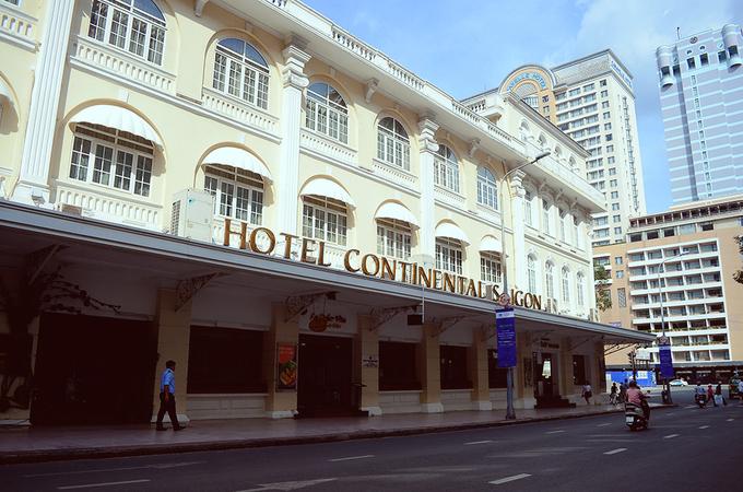 Khách sạn được xây dựng theo lối kiến trúc Pháp, cao 4 tầng gồm 86 phòng. Gần 140 năm tuổi, khách sạn vẫn giữ được vẻ sang trọng với kiến trúc tường gạch, trần nhà cao và phòng khách rộng rãi. Ảnh: Phong Vinh.