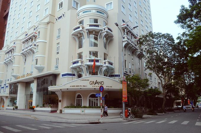 Vào năm 1978, tại số 16 đường Ngô Đức Kế xuất hiện thêm một Saigon Palace. Năm 1989 hai khách sạn tại số 8 Đồng Khởi và 16 Ngô Đức Kế hợp nhất thành Khách sạn Đồng Khởi. Grand được tân trang và đổi mới các trang thiết bị cho đến năm 1998 thì mở cửa trở lại và trở thành một trong những khách sạn 5 sao có tiếng tại Sài Gòn. Ảnh: Phong Vinh.