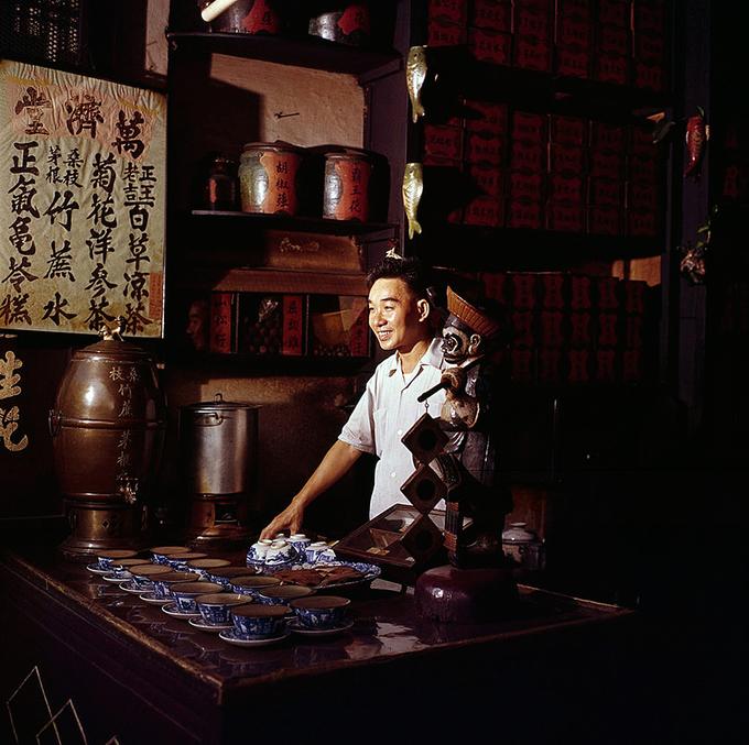 Khu vực người Hoa (quận 5) hiện vẫn nổi tiếng với các loại thuốc Bắc trải dài trên mặt phố. Có thể kể đến đường Hải Thượng Lãn Ông với mùi thơm đặc trưng của các vị thuốc