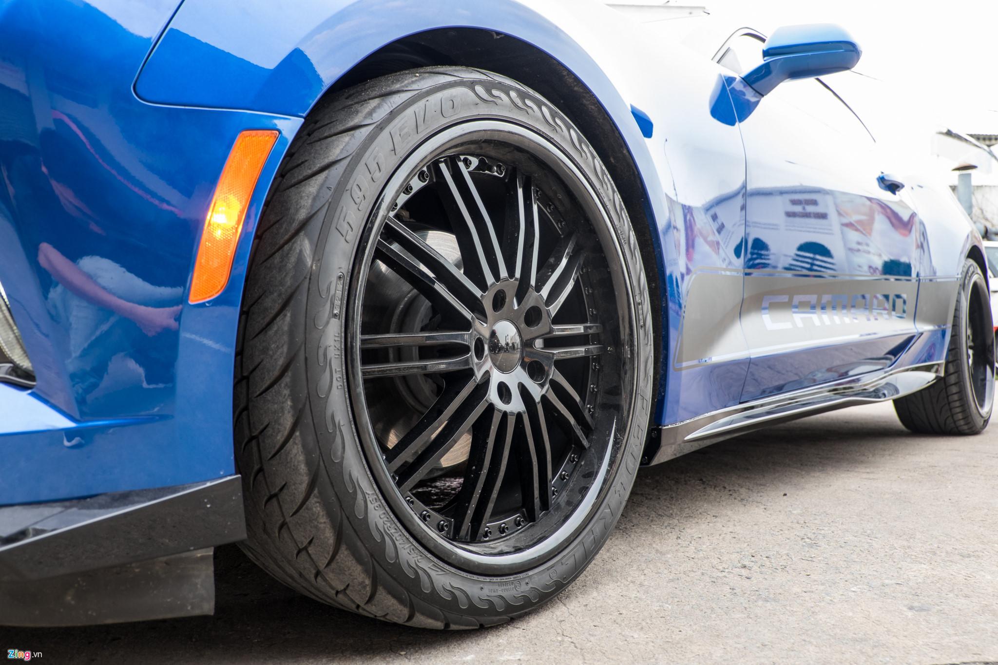 Bộ mâm cũ 18 inch được thay thế bằng loại đa chấu 20 inch (cùng kích thước với mâm của ZL1) thường được giới độ xe lựa chọn. Phần thân chiếc xe còn gắn thêm nẹp sườn màu đen cùng dòng chữ Camaro trên cánh cửa.