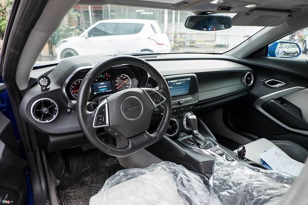 Nội thất không có gì thay đổi. Vô-lăng dạng đáy phẳng thể thao. Bảng đồng hồ bao gồm 4 đồng hồ dạng analog và một màn hình LCD hiển thị đa thông tin. Màn hình giải trí trung tâm dạng cảm ứng có kích thước 8 inch, kết nối điện thoại thông minh. Cửa gió điều hòa lấy cảm hứng từ động cơ tuabin máy bay. Âm thanh Bose cao cấp. Ghế ngồi thể thao dọc da