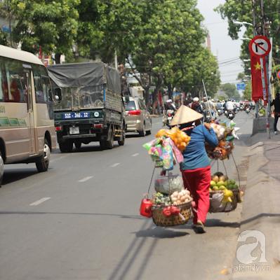 Và dù ở thời gian nào đi chăng nữa, những gánh hàng rong bán các loại quà bánh cũng là một phần trong đời sống người Sài Gòn.