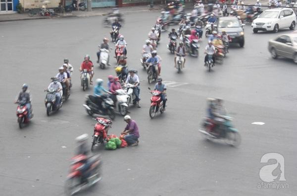 Giao thông ở Sài Gòn từ trước đến nay vẫn nhộn nhịp, đông đúc, nhiều loại xe cộ qua lại.