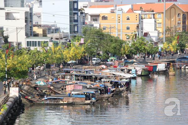 Ở các con kênh lớn của Sài Gòn như Tàu Hủ, Bến Nghé... vẫn nhộn nhịp cảnh trên bến dưới thuyền.