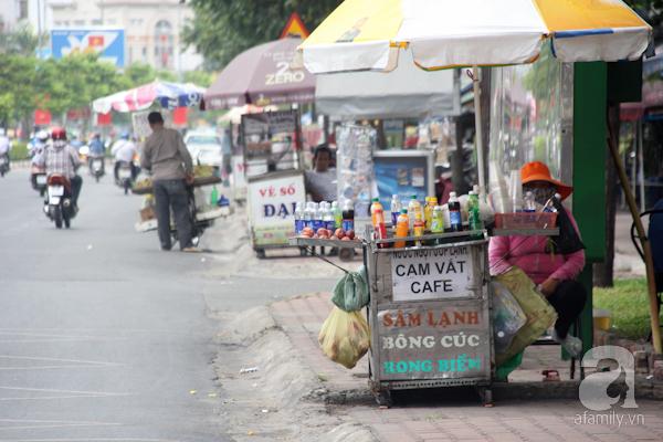 Những hàng quán ven đường, trên vỉa hè đã là nét đặc trưng của Sài Gòn từ xưa đến nay. Và có lẽ sẽ không sai khi ai đó đã cho rằng, nếu vỉa hè Sài Gòn không còn hàng quán thì chất Sài Gòn có thể không vẹn nguyên. Hầu hết, trên vỉa hè Sài Gòn xưa và nay, chỉ cần một xe đẩy nhỏ đã có thể kinh doanh các loại nước giải khát.